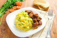 Πολτοποιηίδες πατάτες και ψημένο στη σχάρα κρέας Στοκ Εικόνες