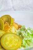 Πολτοποιηίδες πατάτες, φέτες κρέατος ζωμού polytoe του τηγανισμένου κρέατος Σαλάτα του κινεζικού λάχανου Στοκ Φωτογραφία