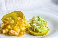 Πολτοποιηίδες πατάτες, φέτες κρέατος ζωμού polytoe του τηγανισμένου κρέατος Σαλάτα του κινεζικού λάχανου Στοκ Εικόνα