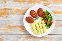 Πολτοποιηίδες πατάτες, φρέσκα σαλάτα και cutlets κρέατος Στοκ φωτογραφία με δικαίωμα ελεύθερης χρήσης