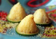 Πολτός sellowiana Acca Feijoa με την καφετιά ζάχαρη στο ζωηρόχρωμο πιάτο στοκ εικόνα