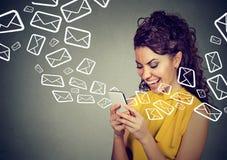 Πολυάσχολα στέλνοντας μηνύματα γυναικών στα έξυπνα εικονίδια τηλεφωνικού ηλεκτρονικού ταχυδρομείου που πετούν έξω Στοκ Φωτογραφία