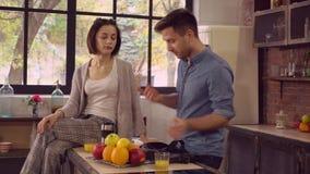 Πολυάσχολες άτομο και σύζυγος στα ξημερώματα στο δωμάτιο σοφιτών απόθεμα βίντεο