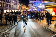 Πολυάσχολη αγορά Christkindlmarkt Χριστουγέννων στην πόλη του Στρασβούργου Στοκ εικόνα με δικαίωμα ελεύθερης χρήσης