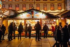 Πολυάσχολη αγορά Christkindlmarkt Χριστουγέννων στην πόλη του Στρασβούργου Στοκ Φωτογραφίες