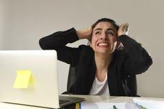 Πολυάσχολη ελκυστική γυναίκα κοστούμι που λειτουργεί στην πίεση που κραυγάζει απελπισμένο που συντρίβεται στο επιχειρησιακό Στοκ φωτογραφία με δικαίωμα ελεύθερης χρήσης