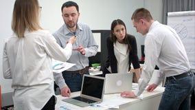 Πολυάσχολη ημέρα για μια ομάδα των νέων εργαζομένων γραφείων φιλμ μικρού μήκους