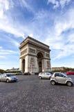 Πολυάσχολη κυκλοφορία γύρω από το διάσημο ορόσημο Arc de Triomphe στο Παρίσι Στοκ Εικόνα