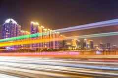 Πολυάσχολη κυκλοφορία πόλεων τη νύχτα Στοκ Εικόνα