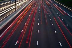 Πολυάσχολη κυκλοφορία στο δρόμο το βράδυ Στοκ Εικόνες