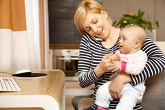 Πολυάσχολη μητέρα σε κινητό Στοκ Εικόνα