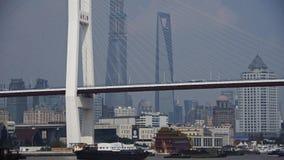 Πολυάσχολη ναυτιλία στον ποταμό, πέρα από τη γέφυρα θάλασσας, σύγχρονο αστικό κτήριο απόθεμα βίντεο