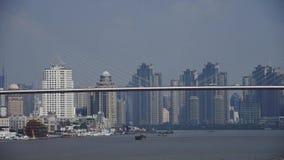 Πολυάσχολη ναυτιλία στον ποταμό, πέρα από τη γέφυρα θάλασσας, το σύγχρονο αστικό υπόβαθρο οικοδόμησης απόθεμα βίντεο