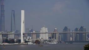 Πολυάσχολη ναυτιλία στον ποταμό, πέρα από τη γέφυρα θάλασσας, το σύγχρονο αστικό υπόβαθρο οικοδόμησης φιλμ μικρού μήκους