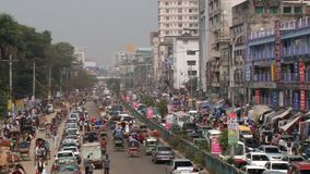 Πολυάσχολη οδική κυκλοφορία στο κεντρικό μέρος της πόλης σε Dhaka, Μπανγκλαντές απόθεμα βίντεο