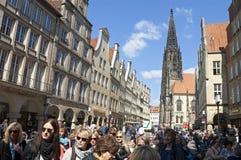 Πολυάσχολη οδός αγορών, εκκλησία του Lambertus, MÃ ¼ nster Στοκ εικόνα με δικαίωμα ελεύθερης χρήσης