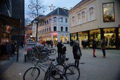 Πολυάσχολη σκηνή πόλεων το βράδυ προτού να πάρει σκοτεινό Στοκ εικόνες με δικαίωμα ελεύθερης χρήσης
