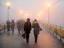 Πολυάσχολοι άνθρωποι πόλεων που πηγαίνουν κατά μήκος της οδού Στοκ εικόνες με δικαίωμα ελεύθερης χρήσης