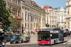 Πολυάσχολοι κυκλοφορία και άνθρωποι στις στο κέντρο της πόλης οδούς της Βιέννης Στοκ φωτογραφίες με δικαίωμα ελεύθερης χρήσης