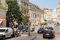 Πολυάσχολοι κυκλοφορία και άνθρωποι στις στο κέντρο της πόλης οδούς της Βιέννης Στοκ εικόνες με δικαίωμα ελεύθερης χρήσης
