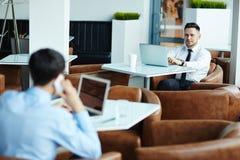 Πολυάσχολοι υπάλληλοι που εργάζονται στο καφέ Στοκ Εικόνες