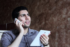 Πολυάσχολος αραβικός επιχειρηματίας με το κινητές τηλέφωνο και την ταμπλέτα Στοκ Εικόνες