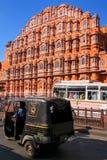 Πολυάσχολος δρόμος μπροστά από Hawa Mahal στο Jaipur, Rajasthan, Ινδία Στοκ φωτογραφία με δικαίωμα ελεύθερης χρήσης