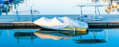 Πολυάσχολο λιμάνι στο ηλιοβασίλεμα με τις αντανακλάσεις Στοκ φωτογραφία με δικαίωμα ελεύθερης χρήσης