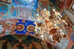 Πολυέλαιος και νωπογραφίες μέσα στον καθεδρικό ναό μεταμόρφωσης του μοναστηριού λυτρωτών του ST Euthymius, Ρωσία, Σούζνταλ Στοκ Εικόνες