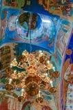 Πολυέλαιος και νωπογραφίες μέσα στον καθεδρικό ναό μεταμόρφωσης του μοναστηριού λυτρωτών του ST Euthymius, Ρωσία, Σούζνταλ Στοκ φωτογραφία με δικαίωμα ελεύθερης χρήσης