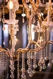 Πολυέλαιος κρυστάλλου από το φανταχτερό εστιατόριο Στοκ Φωτογραφία