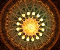 Πολυέλαιος κρυστάλλου μέσα στο μεγάλο μουσουλμανικό τέμενος Qaboos σουλτάνων, Muscat, Ομάν στοκ εικόνα με δικαίωμα ελεύθερης χρήσης