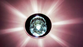 Πολυέλαιος πολυτέλειας κύκλων με την αντανάκλαση αστεριών στο σκοτεινό ανώτατο όριο Στοκ Φωτογραφία