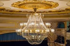 Πολυέλαιος στο θέατρο Στοκ εικόνες με δικαίωμα ελεύθερης χρήσης