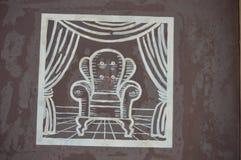 Πολυθρόνα στο κεραμωμένο πάτωμα και τις κουρτίνες Στοκ φωτογραφία με δικαίωμα ελεύθερης χρήσης