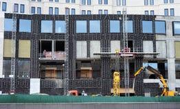 Πολυκατοικία κάτω από την κατασκευή με μια στεγανοποίηση και τη θέρμανση των τοίχων Στοκ Εικόνες