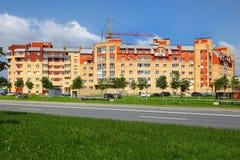 Πολυκατοικία, που ευθυγραμμίζεται με το κεραμικό κεραμίδι και το τούβλο, έξι-ιστορία Στοκ Εικόνες