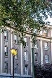 Πολυκατοικία σε ένα Σαντιάγο με τα καλά φανάρια οδών Στοκ φωτογραφία με δικαίωμα ελεύθερης χρήσης