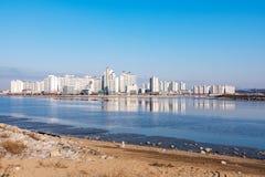 Πολυκατοικίες με τη θάλασσα στοκ φωτογραφίες