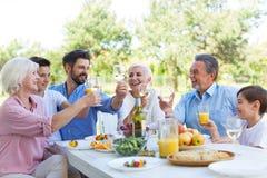 Πολυμελής οικογένεια που τρώει υπαίθρια στοκ φωτογραφία