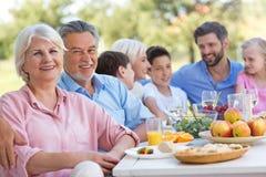 Πολυμελής οικογένεια που τρώει υπαίθρια στοκ εικόνες