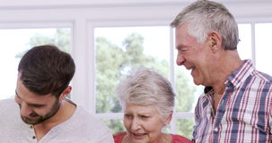 Πολυμελής οικογένεια που χαμογελά από κοινού απόθεμα βίντεο