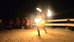 Πολυνησιακός αρσενικός χορευτής πυρκαγιάς Tahitian νησιών του Ειρηνικού απόθεμα βίντεο