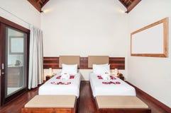 Πολυτέλεια και ρομαντικό δίδυμο ξενοδοχείο κρεβατοκάμαρων Στοκ Εικόνες