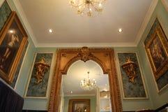 Πολυτελές λουτρό με τους χρυσοί καθρέφτες και Sconces στοκ εικόνα με δικαίωμα ελεύθερης χρήσης
