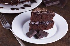 Πολυτελές πλούσιο κέικ σοκολάτας στο άσπρο πιάτο Στοκ Εικόνες