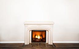 Πολυτελής άσπρη μαρμάρινη εστία και κενός τοίχος στοκ φωτογραφία