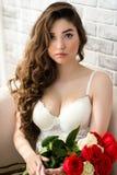 Πολυτελής αισθησιακή γυναίκα πορτρέτου άσπρο lingerie με τα τριαντάφυλλα ανθοδεσμών στα χέρια Στοκ φωτογραφίες με δικαίωμα ελεύθερης χρήσης