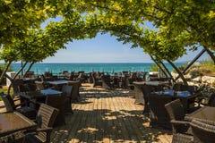 Πολυτελής καφές στην παραλία στοκ εικόνα