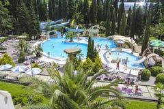 πολυτελής κολύμβηση λιμνών ξενοδοχείων Στοκ φωτογραφία με δικαίωμα ελεύθερης χρήσης